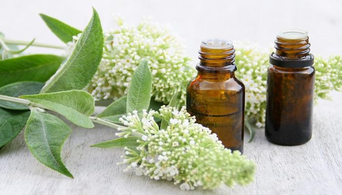 huiles essentielles ,flacons et bouquet floral,plante